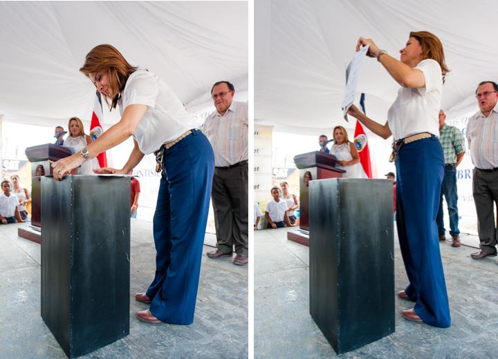 Laura Chinchilla Presidente de la Republica firmando